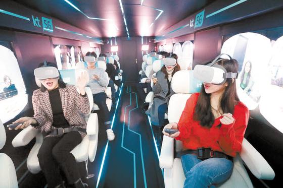 KT는 세계 최고 수준의 5G를 바탕으로 4차 산업혁명을 이끌기 위해 노력하고 있다. 사진은 서울 광화문광장에 위치한 KT 5G체험관에서 관람객이 5G 단말을 체험하는 모습. [사진 KT그룹]