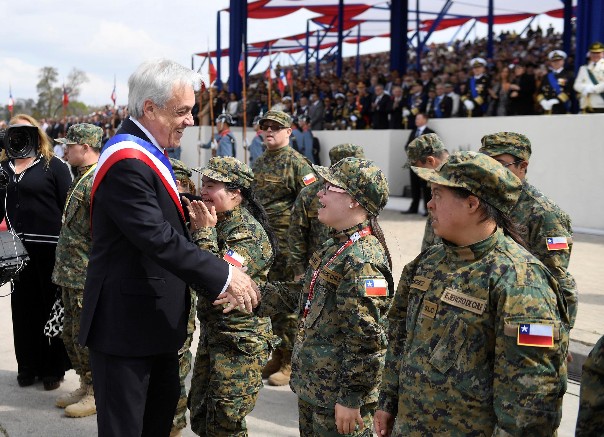 세바스티안 피녜라 칠레 대통령이 19일(현지시간) 수도 산티아고의 베르나르도 오이긴스 공원에서 열린 군사 퍼레이드에 참석해 참석자들과 인사하고 있다. [REUTERS=연합뉴스]