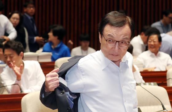 이해찬 더불어민주당 대표가 18일 서울 여의도 국회에서 열린 민주당 의원 워크숍에서 윗옷을 벗고 있다. [뉴스1]
