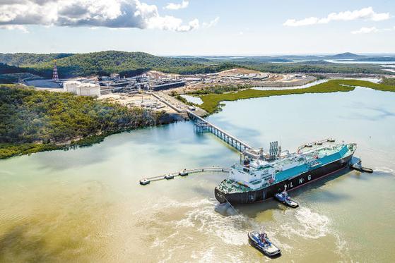 한국가스공사는 현재 세계 13개국에서 25개 사업을 추진하는 등 활발한 해외사업을 적극적으로 추진하고 있다. 사진은 호주에서 LNG를 선적하고 있는 모습. [사진 한국가스공사]