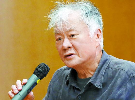 김훈 작가가 19일 고려대에서 '디지털 시대, 연필로 쓰기' 주제로 강연하고 있다. [연합뉴스]