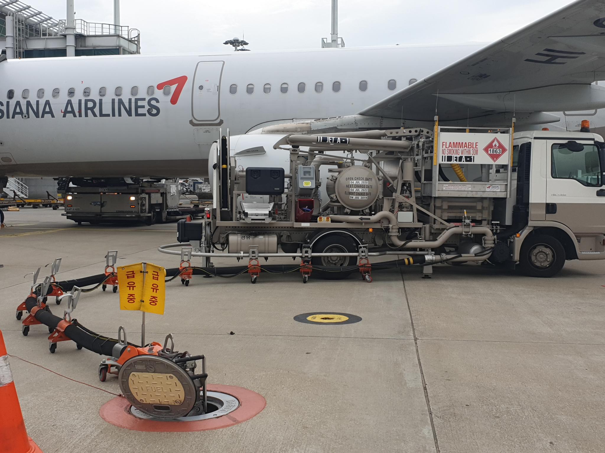 인천공항 주기장에서 급유차를 이용해 항공기에 기름을 넣고 있다. [강갑생 기자]