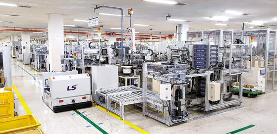 LS그룹은 전통적인 제조업에 AI·빅데이터·스마트에너지 기술을 접목해 디지털 기업으로의 변신을 꾀하고 있다. LS산전은 청주 1 사업장 G동에 스마트 공장을 운영하고 있다. [사진 LS그룹]