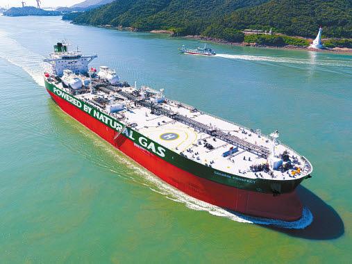 현대중공업그룹은 총 30척의 LNG추진선을 수주했다. 사진은 현대삼호중공업이 세계 최초로 건조해 지난해 인도한 LNG추진 원유운반선. [사진 현대중공업그룹]