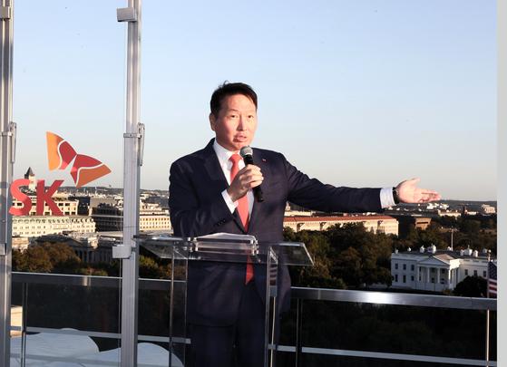 최태원 SK회장이 19일(현지시각) 미국 워싱턴DC에서 열린 SK Night 행사에서 사회적 가치를 통한 파트너십의 확장을 주제로 인사말을 하고 있다. [사진 SK]