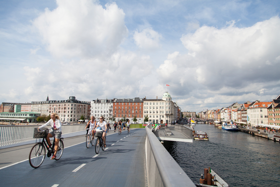 덴마크 수도 코펜하겐은 전 세계 최고의 자전거 친화도시로 꼽힌다. 강남·서초구만한 도시 면적에 자전거 전용도로가 375㎞에 달하고, 시민 62%가 자전거를 타고 직장과 학교를 다닌다. 뉘하운 인근 자전거·도보 전용 다리를 건너는 사람들의 모습.