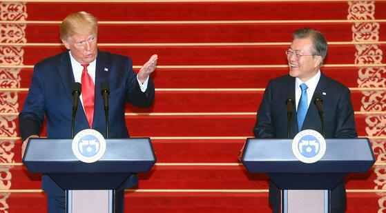 문재인 대통령과 도널드 트럼프 미국 대통령이 지난 6월 30일 오후 청와대에서 공동기자회견을 하고 있다. [청와대사진기자단]