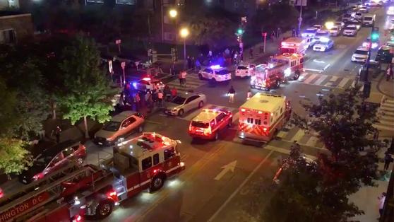 19일 총격 사건이 발생한 미국 워싱턴DC 인근의 거리에 경찰차와 구급차 등이 출동해 있다.[로이터=연합뉴스]
