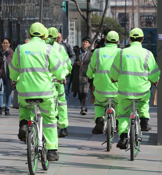 지난 3월 17일 서울 종로1가에서 자전거를 탄 환경미화원들이 이동하고 있다. [뉴스1]