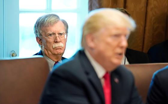 지난해 백악관 회의에서 트럼프 대통령을 바라보는 존 볼턴 당시 백악관 국가안보보좌관. [로이터=연합뉴스]