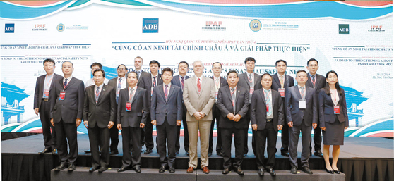 지난해 11월 베트남 하노이에서 열린 제4회 IPAF 대표회담 및 국제회의에서 캠코, 아시아개발은행(ADB), 베트남 부실채권정리기구(DATC), 태국 자산관리공사(SAM) 등 참석기관 관계자들이 기념촬영을 하고 있다. [사진 캠코]