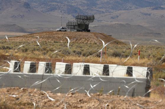 미국 네바다주 군사 기지인 '51 구역'에 19일(현지시간) 레이다 등 군 장비가 보인다.[로이터=연합뉴스]