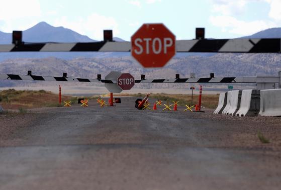 미국 네바다주 군사 기지인 '51 구역' 입구가 19일(현지시간) 닫혀 있다.[로이터=연합뉴스]