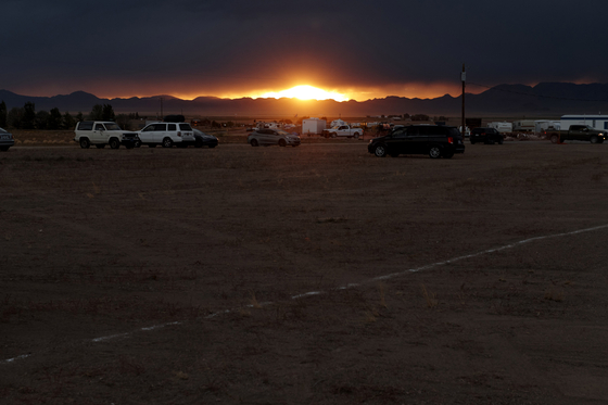 '51 구역 습격' 이벤트 참가자들이 19일(현지시간) 미국 네바다주 레이철에 도착해 캠프를 차리고 있다. [AFP=연합뉴스]