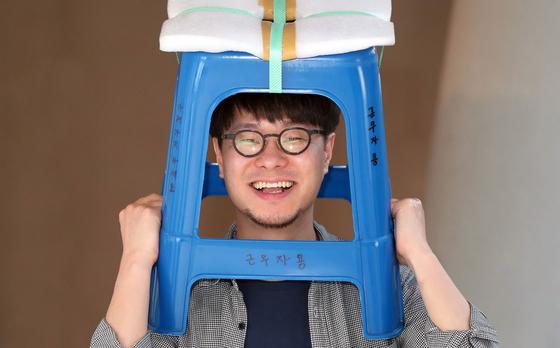 '서울의 의자'를 전시하는 소동호 작가가 19일 DDP 갤러리 문에서 중앙일보와 인터뷰했다. 변선구 기자