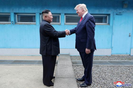 도널드 트럼프 미국 대통령과 김정은 북한 국무위원장이 지난 6월 30일 판문점 군사분계선에서 만나는 모습을 북한 조선중앙통신이 촬영한 사진.[연합뉴스]