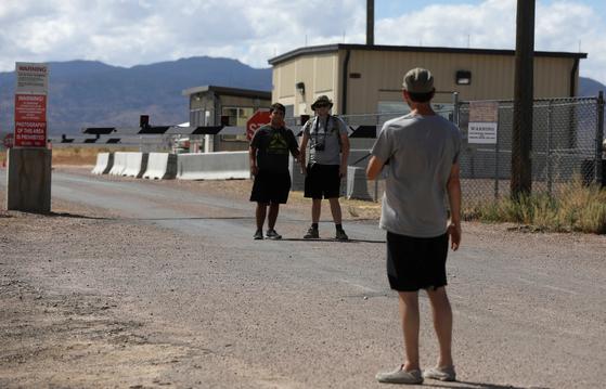 사람들이 19일(현지시간) 미국 네바다주 '51구역' 입구에서 기념사진을 찍고 있다.[로니터=연합뉴스]