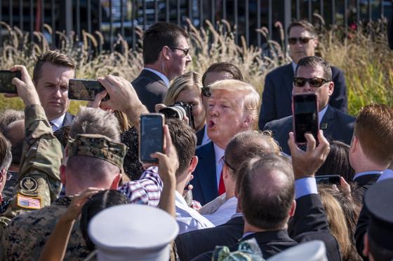 도널드 트럼프 대통령이 지난 11일 9·11 테러 발생 18주년을 맞아 버지니아주 알링턴에서 열린 추모 행사에서 시민들에게 인사하고 있다.[EPA=연합뉴스]