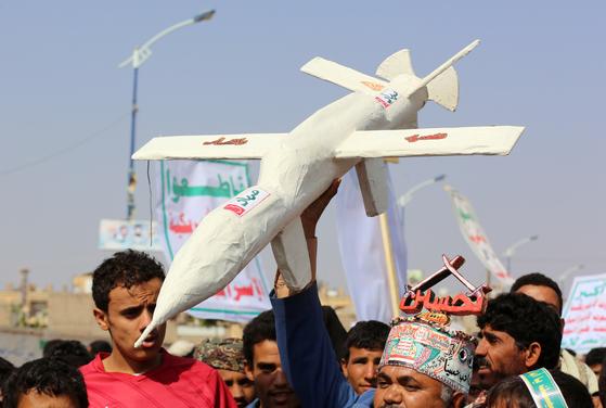 후티 반군이 지배하는 예멘 수도 사나에서 지난 10일 열린 집회에 참가자들이 드론 모형을 들고 있다. [로이터=연합뉴스]