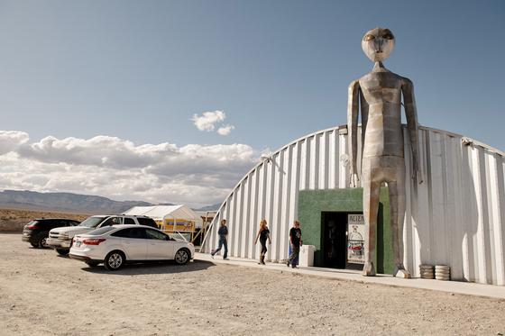 방문객들이 19일(현지시간) 미국 네바다주 히코 '외계인 고속도로'에 있는 관광지인 '외계인 연구센터'에 도착하고 있다. [AFP=연합뉴스]