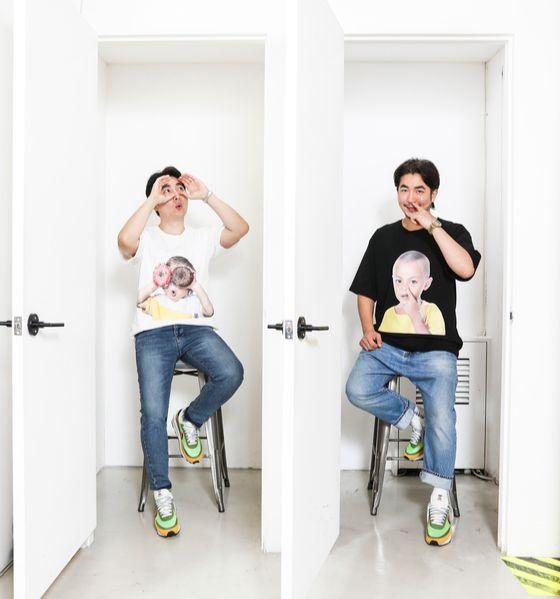 '아크메드라비'의 구재모(왼쪽)·구진모 대표가 지난 9월 5일 오전 서울 강남구 청담동 매장에서 티셔츠의 아기와 같은 모습을 연출했다. 김경록 기자