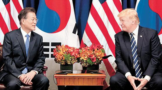 지난해 9월 유엔총회 참석차 미국을 방문한 문재인 대통령이 뉴욕 롯데팰리스호텔에서 도널드 트럼프 미국 대통령과 정상회담을 하고 있다. [중앙포토]