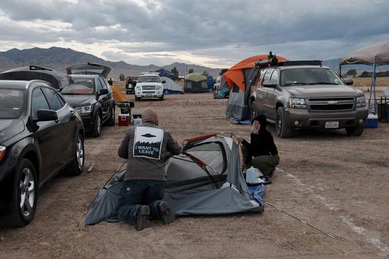 '51 구역 습격' 이벤트 참가자들이 19일(현지시간) 미국 네바다주 레이철에 도착해 텐트를 치고 있다. [AFP=연합뉴스]