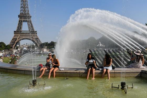 지난 7월 프랑스 등 유럽에 열파가 닥치자 파리 시민들이 에펠탑 인근 분수대에 들어가 더위를 식히고 있다. 세계기상기구는 지난 5년이 기상 관측 사상 가장 더운 5년으로 기록될 것이라는 내용의 보고서를 22일 발표했다. [AFP=연합뉴스]