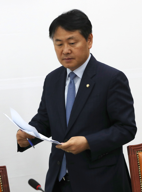 김관영 바른미래당 원내대표가 지난 5월 국회에서 열린 원내정책회의에 참석해 발언하고 있다. 오종택 기자