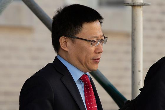 랴오민 중국 재정부 부부장(차관)이 19일 미국 워싱턴에서 차관급 협상을 마치고 협상장을 떠나고 있다. [사진=AFP]