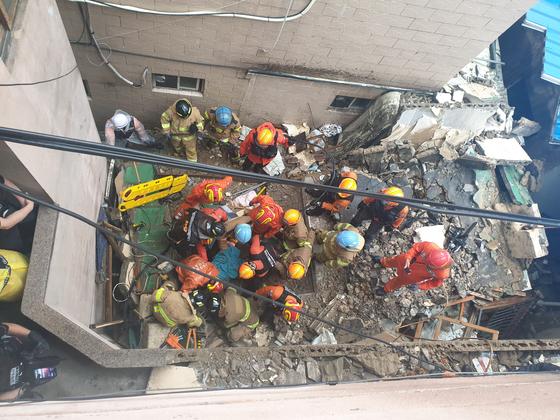 붕괴된 부산 부전동 주택에서 소방대원과 경찰이 구조작업을 벌이고 있다. [사진 부산소방재난본부]
