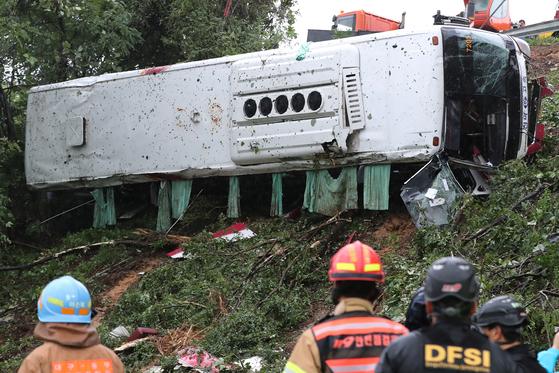 22일 오후 3시 55분쯤 경부고속도로 포항에서 동대구 방면으로 달리던 시외버스가 동대구JC 인근에서 가드레일을 뚫고 언덕 10m 아래 대구 동구 부동 텃밭 인근으로 추락해 1명이 숨지고 18명이 중경상을 입는 사고가 발생했다. [뉴스1]