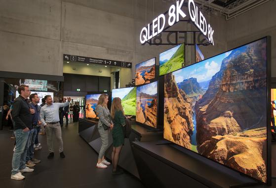 이달 초 독일 베를린에서 열린 유럽최대 가전전시회 'IFA 2019' 에서 관람객들이 삼성전자의 QLED 8K TV를 살펴보고 있다. [사진 삼성전자]