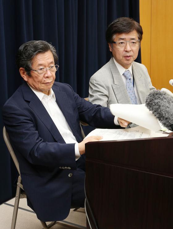 2014년 6월 고노 담화에 대한 검증결과 보고서 발표회에 참석한 가네하라 노부카쓰 관방부장관보(오른쪽). [사진=지지통신 제공]