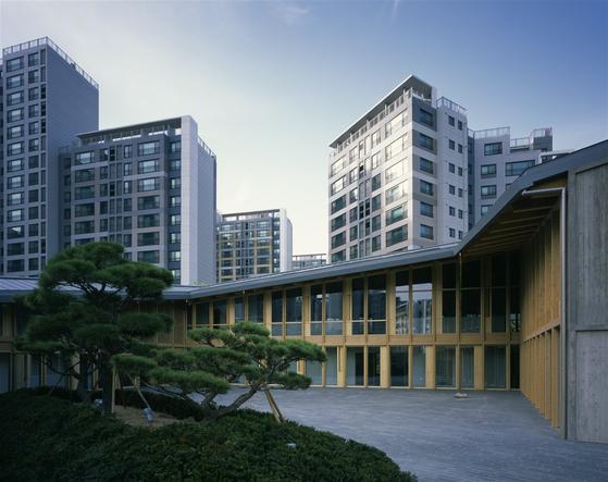 주한스위스대사관이 지난 5월 새롭게 개관했다. 한옥을 현대식으로 해석해 친환경적으로 지은 것이 특징이다. [사진 주한스위스대사관]