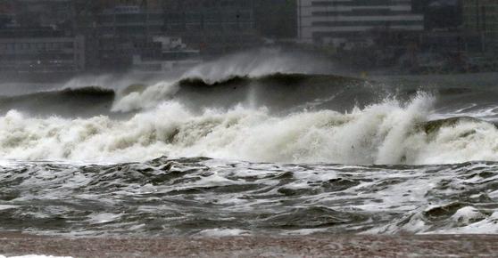 제17호 태풍 '타파'(TAPAH)가 북상 중인 22일 오후 부산지역에 태풍경보가 발령된 기운데 해운대해수욕장에 높은 파도가 몰아치고 있다.부산=송봉근 기자