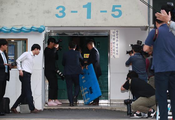 검찰 수사관이 23일 오후 서울 서초구 방배동 조국 법무부 장관 자택 압수수색을 하기 위해 상자를 들고 아파트 현관으로 들어서고 있다. 김상선 기자