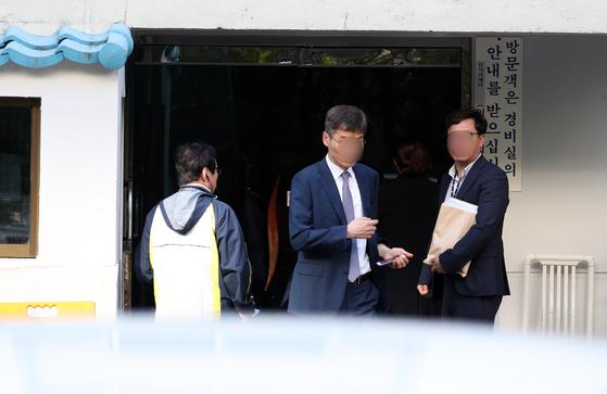 23일 오전 검찰 관계자들이 압수수색을 위해 서울 서초구 방배동 조국 법무부 자택으로 들어서고 있다. [뉴스1]
