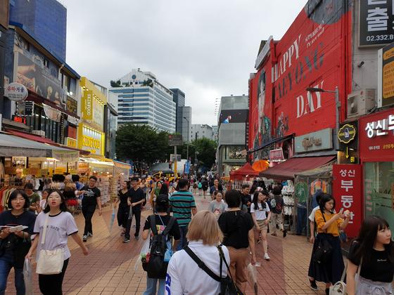 관광객들이 서울 마포구 홍대 젊음의 거리를 걷고 있다. [중앙포토]