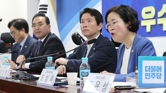 조성욱 공정거래위원장(오른쪽)이 23일 국회에서 열린 당정협의에서 발언하고 있다. [연합뉴스]