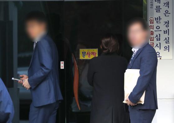 23일 오전 서울 서초구 방배동 조국 법무부 장관의 자택 현관에 검찰 관계자들이 압수 수색을 하기 위해 들어가고 있다. [연합뉴스]