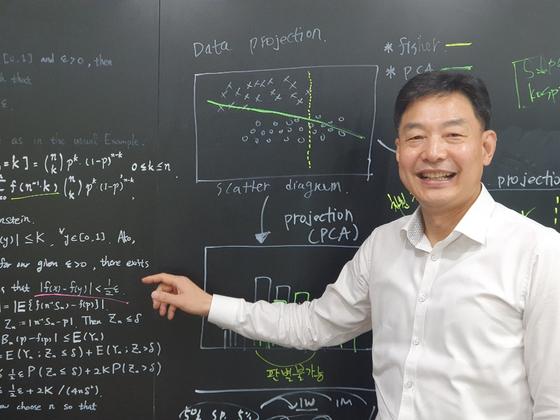 배진수 대표가 18일 신한AI 사무실에서 인공지능 플랫폼 '네오'에 대해 설명하고 있다. 칠판을 빼곡히 메운 공식은 회사 개발자들이 회의를 하며 써둔 것이다. 한애란 기자