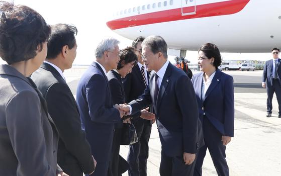 유엔총회 참석차 미국을 방문한 문재인 대통령이 22일 오후 뉴욕 JFK 국제공항에 도착해 영접나온 조윤제 주미대사와 인사하고 있다 . 강정현 기자