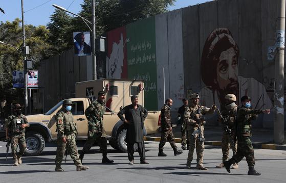 지난 9월 17일 폭탄 테러 당시 경계 중인 아프간 정부군. [신화=연합뉴스]
