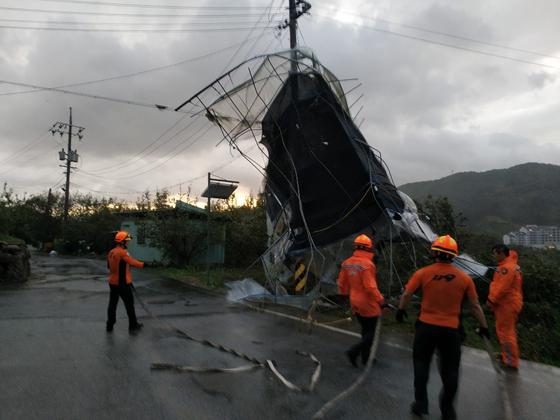 제17호 태풍 타파의 영향권에 든 22일 오후 전남 구례군 산동면에서 비닐하우스가 통째로 강풍에 날아가 전신주에 걸려 있다. [순천소방서 산악119구조대 제공]