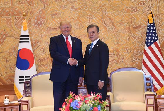 문재인 대통령과 도널드 트럼프 미국 대통령이 6월30일 청와대에서 열린 소인수 정상회담에서 인사하고 있다. [청와대사진기자단]
