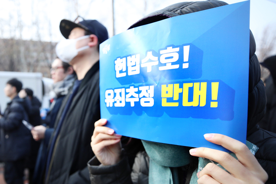 지난 1월 12일 오후 서울 종로구 마로니에 공원 인근에서 '곰탕집 성추행' 사건을 계기로 만들어진 '당당위'(당신의 가족과 당신의 삶을 지키기 위하여) 회원들이 제3차 유죄추정 규탄시위를 하고 있다. [연합뉴스]