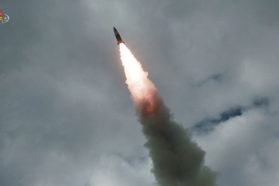 사진은 지난 8월 16일 '북한판 에이태킴스'로 불리는 단거리 탄도미사일이 표적을 향해 비행하는 모습. [조선중앙TV]