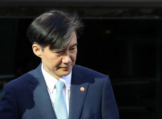 조국 법무부 장관이 23일 오전 서울 서초구 방배동 자택에서 나오고 있다 [연합뉴스]