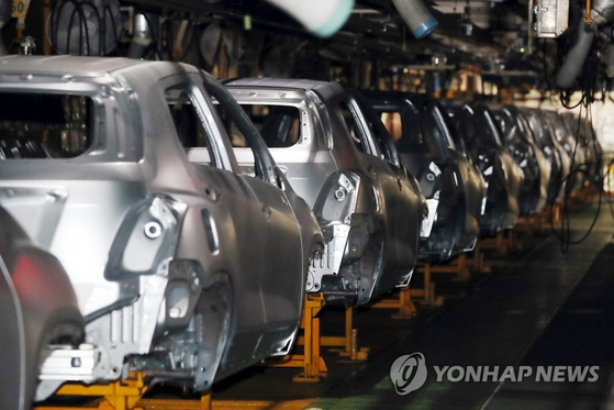 한국지엠(GM) 노조가 전면파업한 지난 9일 인천 부평구 한국GM 부평공장 내 차량 제조 설비들이 멈춰 있다. [연합뉴스]